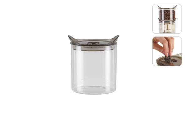 """Емкость для хранения Nadoba """"Otina"""" изготовлена из высокопрочного  боросиликатного стекла. Емкость оснащена  герметичной крышкой со специальным силиконовым клапаном и бортиками для  хранения емкостей друг на друге. Благодаря такой  крышке внутри создается вакуум и продукты дольше сохраняют свежесть и  аромат. Стенки емкости прозрачные - хорошо видно, что внутри. Изделие идеально  подходит для хранения различных  сыпучих продуктов: круп, макарон, специй, кофе, сахара, орехов, кондитерских  изделий и многого другого.  Можно мыть в посудомоечной машины.  Диаметр емкости: 11,5 см.  Высота емкости: 12,5 см."""