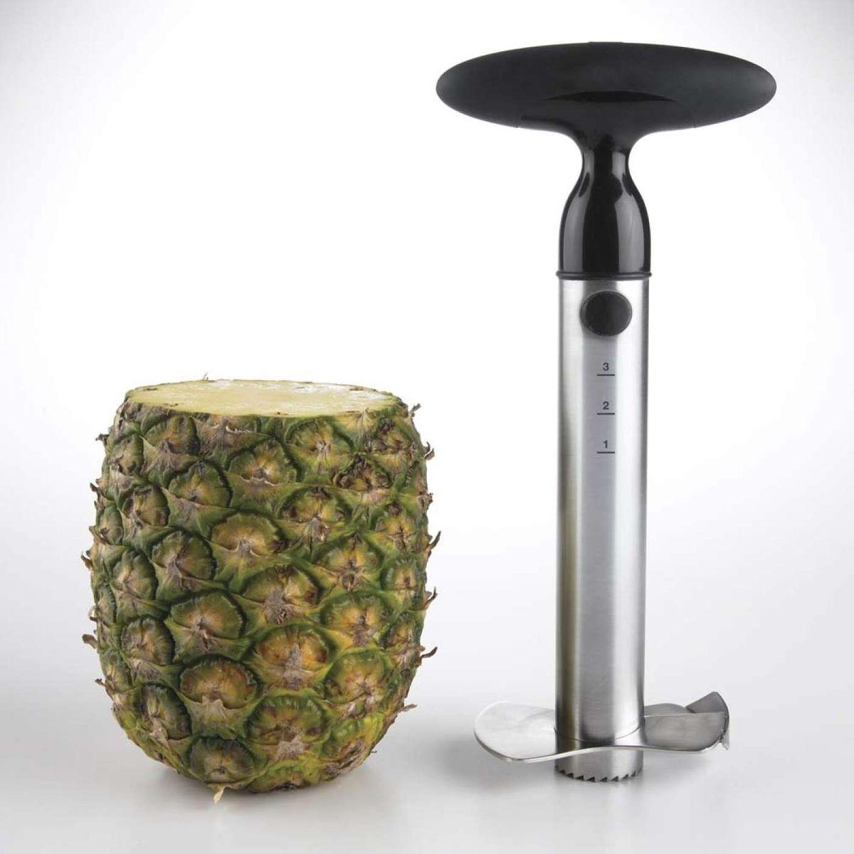 """Нож для ананаса """"OXO"""" выполненный из нержавеющая сталь быстро и легко нарезает свежий  ананас на ломтики. Она вкручивается как отвертка, отделяя мякоть ровными кольцами и оставляя жесткую  сердцевину в оболочке. Один поворот отделяет одно кольцо, также можно нарезать весь ананас  сразу. Оболочка ананаса остается неповрежденной и может использоваться для сервировки  десерта или фруктового салата. С ножом для ананаса вы нарежете свежий сочный ананас  аккуратно, без забот и быстрее, чем открыли бы консервную банку.  Особенности:  - Удобная  поворотная головка для непрерывного вращения при нарезке. - Маркировка измерений на корпусе помогает предотвратить прокалывание нижней части  оболочки ананаса. - Лезвие среднего размера из нержавеющей стали имеет удобную форму для компактного  хранения. - Удобная разборная конструкция для легкой очистки. - Возможно мытье в посудомоечной машине."""