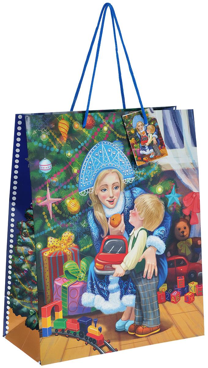 Пакет подарочный Феникс-Презент Снегурочка с малышом, 26 х 32,4 х 12,7 см38545Подарочный пакет Феникс-презент Снегурочка с малышом, изготовленный из плотной бумаги, станет незаменимым дополнением к выбранному подарку. Дно изделия укреплено картоном, который позволяет сохранить форму пакета и исключает возможность деформации дна под тяжестью подарка. Для удобной переноски на пакете имеются две ручки из шнурков.Подарок, преподнесенный в оригинальной упаковке, всегда будет самым эффектным и запоминающимся. Окружите близких людей вниманием и заботой, вручив презент в нарядном, праздничном оформлении.