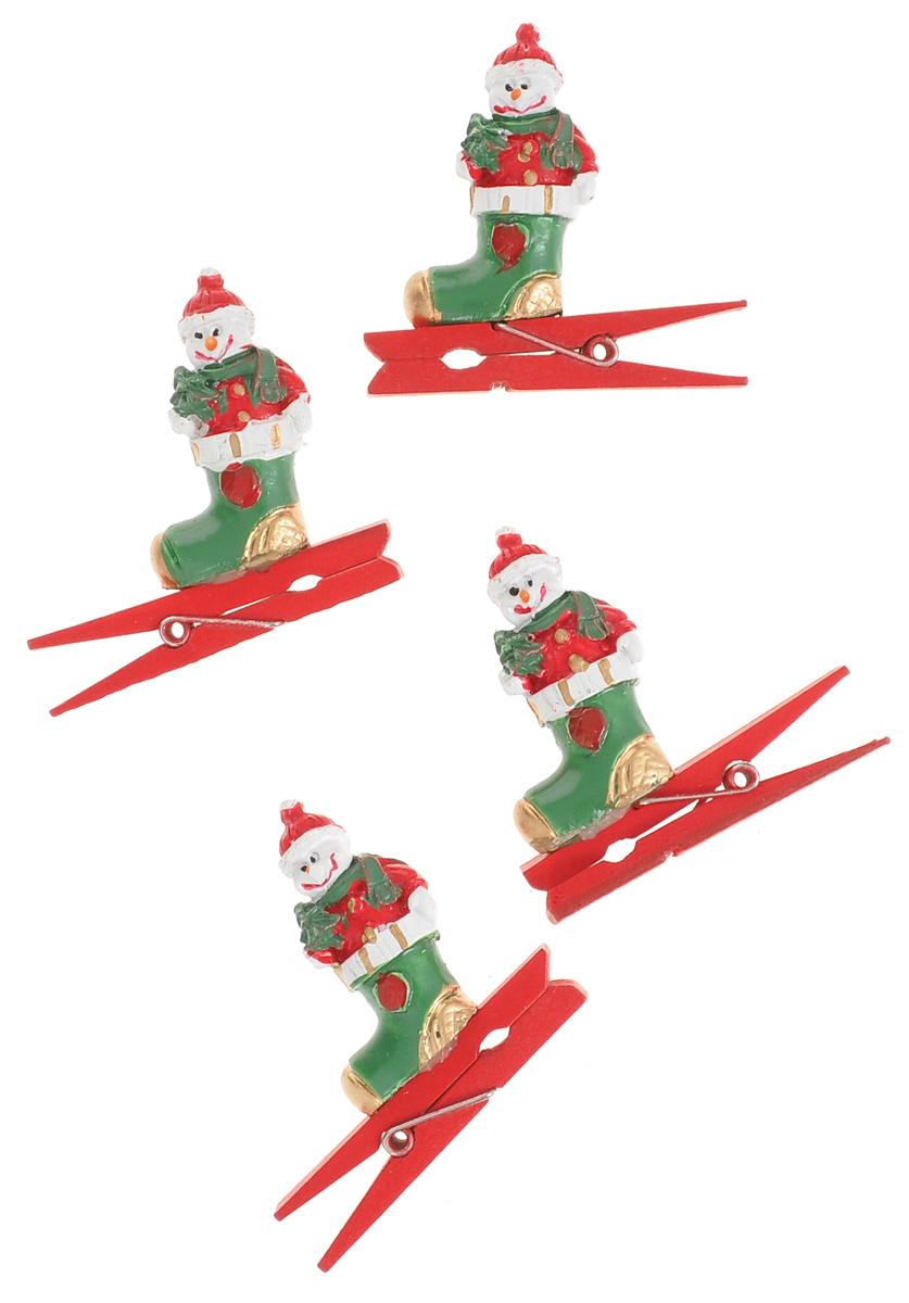 Новогодняя прищепка Феникс-презент Снеговик в носочке, 4 шт38486Новогодние прищепки Феникс-презент Снеговик в носочке выполнены из древесины березы и украшены веселыми фигурками из полирезины. Изделия используются для развешивания стикеров на веревке и маленьких игрушек, также прекрасно подойдут для декора новогодней ели. Оригинальность и веселые цвета прищепок будут радовать глаз и создадут праздничное настроение в преддверии Нового года. Размер фигурки: 2 см х 1 см х 3,5 см.