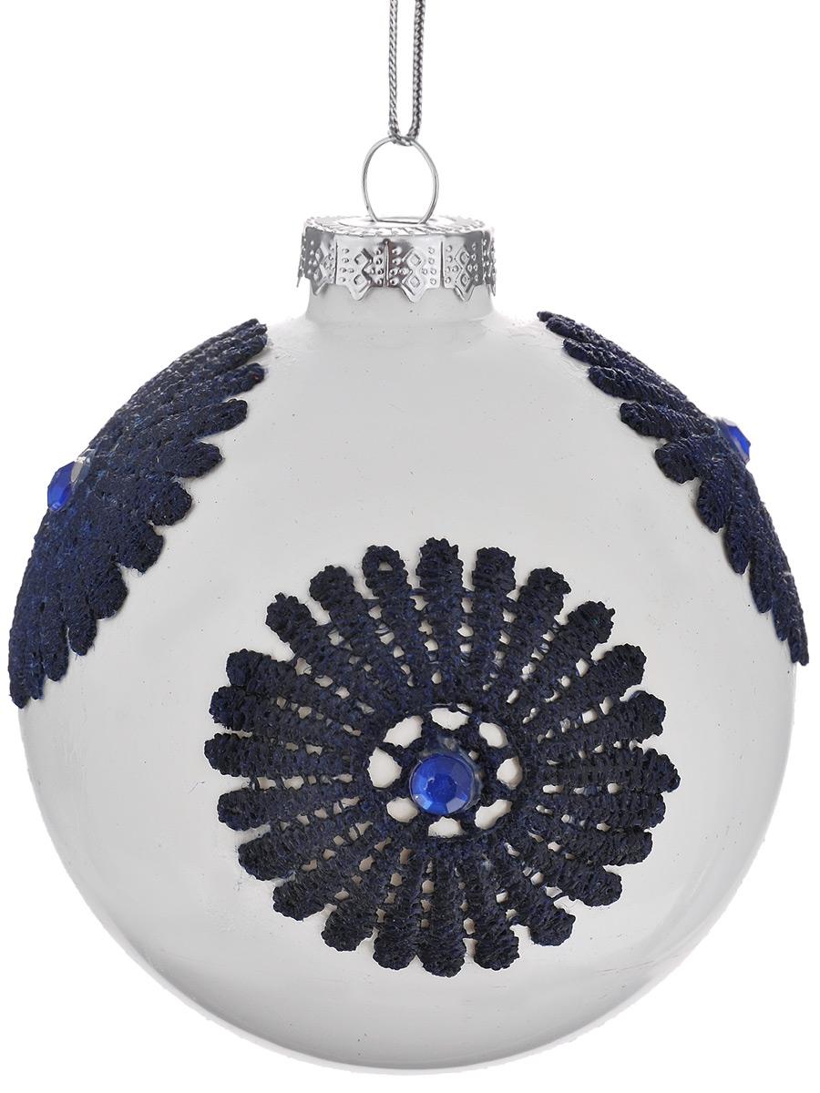 Новогоднее подвесное украшение Феникс-презент Кружева на белом, диаметр 8 см38402Новогоднее подвесное украшение Феникс-презент Кружева на белом отлично подойдет для декора праздничной ели. Изделие выполнено из высококачественного стекла в форме шара, оформлено текстильной аппликацией и стразами. Шар оснащен петелькой для подвешивания.Елочная игрушка - символ Нового года. Она несет в себе волшебство и красоту праздника. Создайте в своем доме атмосферу веселья и радости, украшая новогоднюю елку нарядными игрушками, которые будут из года в год накапливать теплоту воспоминаний.Серия украшений Magic Time принесет в ваш дом ни с чем не сравнимое ощущение праздника.