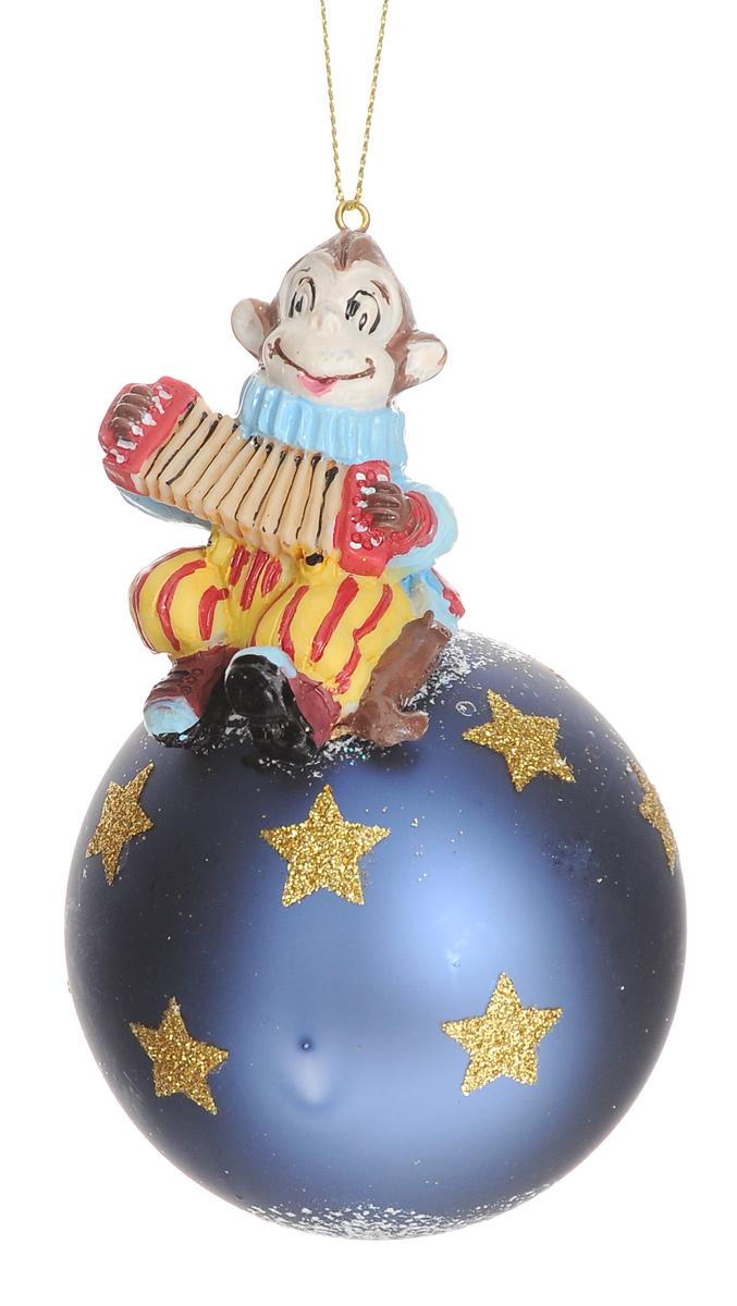 Новогоднее подвесное украшение Феникс-Презент Цирковая обезьянка, диаметр 8 см38423Новогоднее украшение Феникс-Презент Цирковая обезьянка отлично подойдет для декорации вашего дома и новогодней ели. Изделие, выполненное из стекла в виде елочного шара, оснащено забавной фигуркой обизьянки с гармошкой, изготовленной из полирезина. Украшение, декорированное блестками, оснащено специальной петелькой для подвешивания.Елочная игрушка - символ Нового года. Она несет в себе волшебство и красоту праздника. Создайте в своем доме атмосферу веселья и радости, украшая всей семьей новогоднюю елку нарядными игрушками, которые будут из года в год накапливать теплоту воспоминаний.Размер изделия (с учетом фигурки): 13 см х 8 см х 8 см.