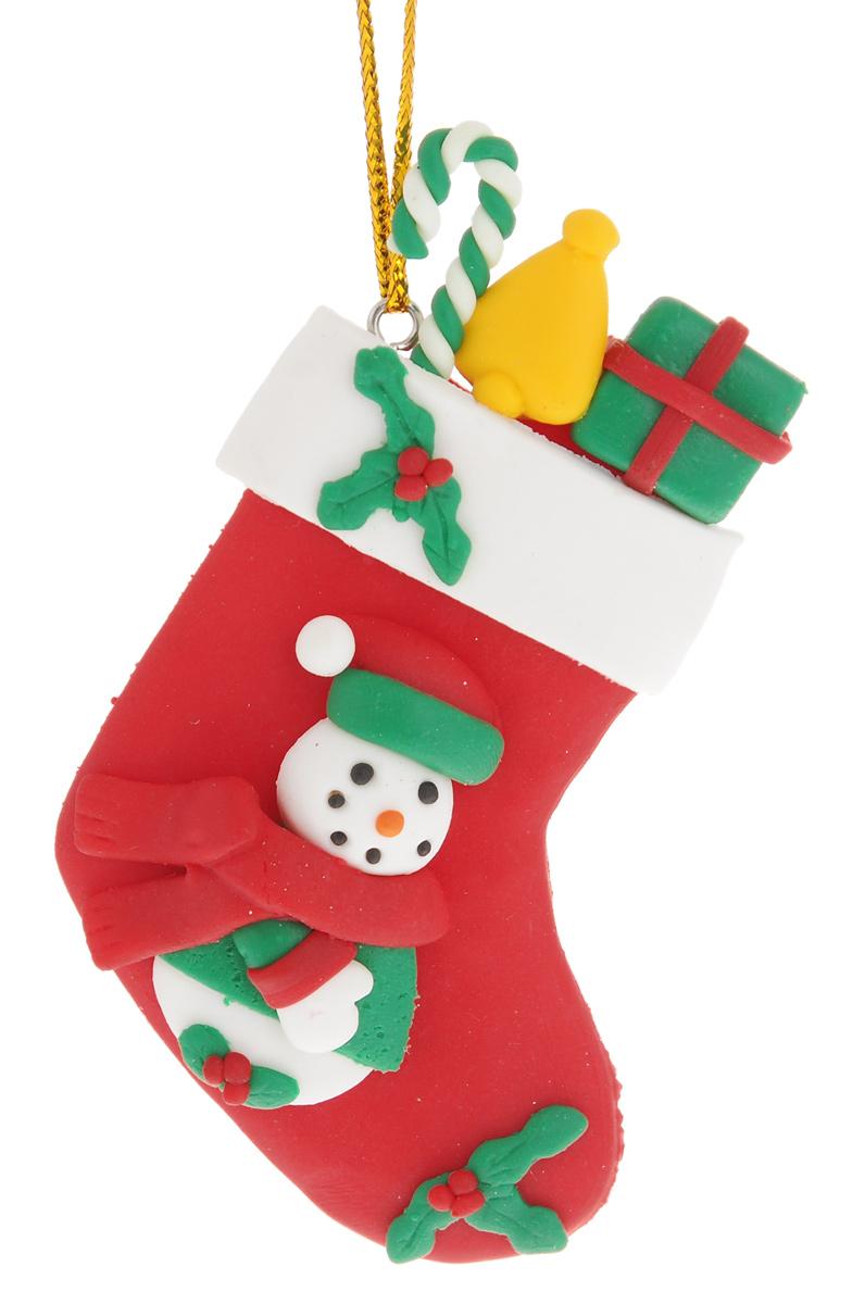 Новогоднее подвесное украшение EuroHouse Носок с подаркамиЕХ 9113Новогоднее украшение EuroHouse Носок с подарками, изготовленное из полимерной глины, отлично подойдет для декорации вашего дома и новогодней ели. Украшение выполнено в виде рождественского носка и оформлено забавным изображением снеговика с подарками. Изделие оснащено текстильной петелькой для подвешивания.Елочная игрушка - символ Нового года. Она несет в себе волшебство и красоту праздника. Создайте в своем доме атмосферу веселья и радости, украшая всей семьей новогоднюю елку нарядными игрушками, которые будут из года в год накапливать теплоту воспоминаний.