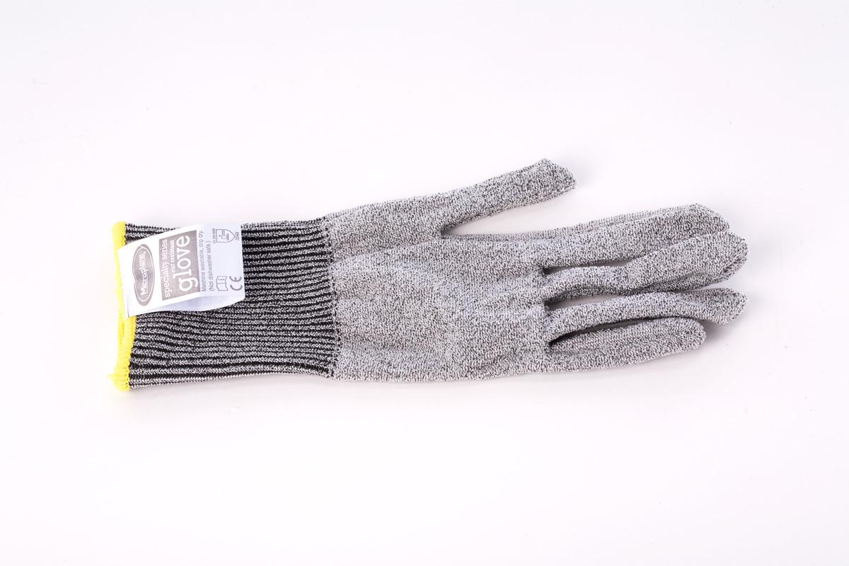 """Защитная перчата """"Microplane"""" выполнена из ацетатовой нити и предназначена  для защиты руки при контакте с режущей кромкой тёрки или ножа. Изделие имеет  единый размер, благодаря чему подходит как для правой, так и для левой руки.   Можно стирать. Не мыть в посудомоечной машине."""