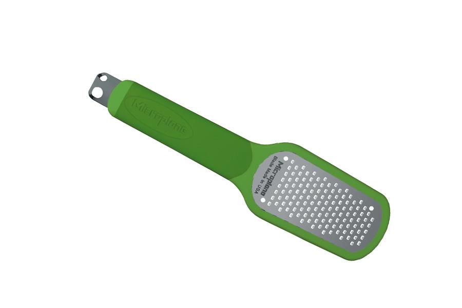 """Терка """"Microplane"""" имеет 3 функции: натирание цедры лимона, очистка  лимона,  создание стружки (2 размеров). Лезвие выполнено из нержавеющей стали с  эргономичной резиновой рукояткой. В комплекте имеется защитный  пластиковый  чехол."""