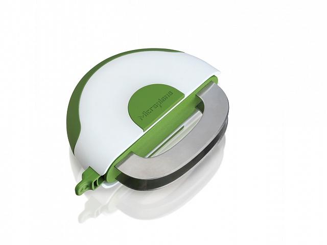 Нож для нарезки зелени Microplane Easy Prep48008Нож для нарезки зелени Microplane Easy Prep - это современный, надежный и очень удобный в использовании нож. Поможет легко и быстро нарезать салаты, травы и зелень на аккуратные кусочки. Также может использоваться для нарезания более твердых продуктов, таких как орехи или шоколад. Лезвие представленной модели изготовлено из нержавеющей стали, что гарантирует прекрасный результат и долговечность. Эргономичная рукоять выполнена из пластика. Мягкая поверхность обеспечит надежный захват и не даст ножу скользить в руке при использовании. Рукоять одновременно служит и ножнами для лезвий.Нож для нарезки зелени Microplane Easy Prep очень легок в уходе. Изделие можно мыть вручную под сильной струей воды или в посудомоечной машине.