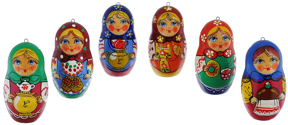 Набор елочных игрушек Матрешки-Чаепитие, цвет: мультиколор, 6 см, 6 шт. Ручная работанг.ва.кбНабор новогодних елочных игрушек Матрешки-Чаепитие прекрасно подойдет для праздничного декора новогодней ели. Набор состоит из 6 деревянных матрешек, расписанных вручную. Все матрешки отличаются друг от друга узором и цветом платка. Также каждая матрешка держит в руках различные предметы: каравай, бублик с чашечкой чая, самовар, лапти или прялку. Каждая игрушка оснащена металлическим крючком, через который можно пропустить петельку.Елочная игрушка - символ Нового года. Она несет в себе волшебство и красоту праздника. Создайте в своем доме атмосферу веселья и радости, украшая новогоднюю елку нарядными игрушками, которые будут из года в год накапливать теплоту воспоминаний.Откройте для себя удивительный мир сказок и грез. Почувствуйте волшебные минуты ожидания праздника, создайте новогоднее настроение вашим дорогим и близким. Высота украшений: 6 см.