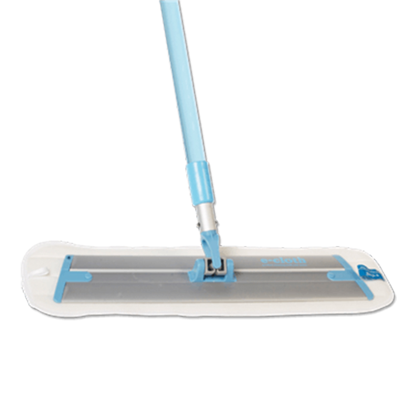 Швабра для уборки E-cloth, с телескопической ручкой20240Швабра для уборки E-cloth имеет легкое основание и телескопическую ручку, изготовленную из алюминия и пластика. Ручка швабры регулируется по длине. Комплектуется сменной насадкой, изготовленной из e-cloth волокон, которые эффективно удаляют загрязнения с любых твердых поверхностей без использования химических средств. Благодаря свойствам e-cloth волокон на поверхности не остается разводов и собранная грязь удерживается тканью до следующей стирки. Насадка выдерживает до 300 циклов стирки без потери эффективности. Оригинальная, современная, удобная E-cloth сделает уборку эффективнее и приятнее.После стирки изделие может потерять цвет. Первая стирка должна проводиться при температуре 60°С отдельно от тканей другого цвета. Длина ручки: 100-150 см. Размер съемной насадки: 45 см х 13,5 см.