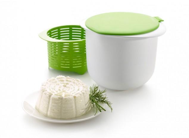 Форма для приготовления домашнего творога Lekue, 1 л0220100V06M017Форма для приготовления домашнего творога Lekue изготовлена из пищевого пластика и силикона. Материал изделия выдерживает значительные перепады температуры от -60 до +220°С, не теряет форму, эластичный, прочный и при этом 100% безопасный. Не вступает в химическую реакцию с продуктами, не меняет вкус блюд. Простой процесс приготовления домашнего творога занимает всего лишь 15 минут вашего времени. Нужно всего лишь 2 ингредиента: свежее молоко и закваска. Натуральный и полезный, это творог содержит минимум жира, а его вкус прекрасно сочетается с самыми разными блюдами, как сладкими, так и солеными. Форма может быть использована в духовке любого типа (электрической, газовой, микроволновой) для приготовления. Можно мыть в посудомоечной машине. Объем: 1 л. Диаметр: 13 см. Диаметр (с учетом ручек): 17 см. Высота: 12 см.