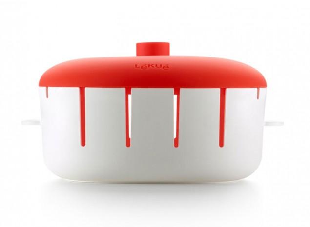 Форма для приготовления шашлыка Lekue. 0220208R10M0170220208R10M017С шашлычницей Lekue можно готовить шашлычки еще проще и не пачкая лишней посуды. Форма выполнена из пластика, крыша из силикона. Дизайн формы способствует равномерномувоздействию пара, благодаря чему удается сохранить питательные свойства продуктов и не требуется добавлять жир. Ее легко перевозить илегко использовать. Изделие можно использовать для подачи готового блюда.