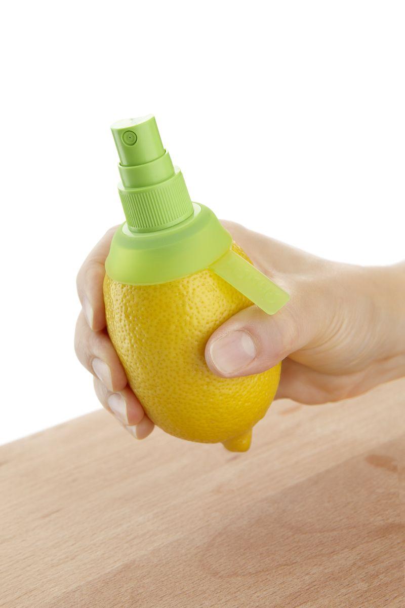 """Цитрус-спрей """"Lekue"""" - это насадка с клапаном, выполнена из пластика. Предназначена для того чтобы придать фирменному блюду или напитку  настоящий цитрусовый вкус. Метод использования очень прост: срежьте верхнюю часть цитрусового плода, ввинтите в мякоть и уникальный цитрусовый спрей готов.  Насадку можно использовать для всех видов цитрусовых: лимонов и апельсинов, мандаринов, лаймов, грейпфрутов и других. Размер цитрус-спрея: 9,5 х 4,5 х 4,5 см."""