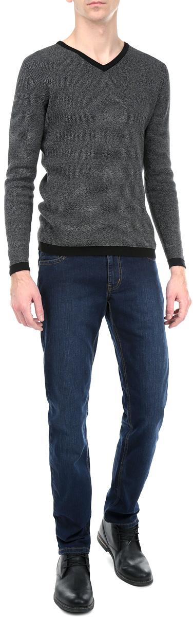 Джинсы мужские F5, цвет: темно-синий. 0930/45797_w.dark. Размер 33-34 (48/50-34)0930/45797_w.darkСтильные мужские джинсы F5 - джинсы высочайшего качества на каждый день, которые прекрасно сидят. Модель прямого кроя и средней посадки изготовлена из высококачественного плотного хлопка с небольшим добавлением полиэстера и эластана. Джинсы не сковывают движения и дарят комфорт. Изделие оформлено контрастной отстрочкой. Застегиваются джинсы на пуговицу в поясе и ширинку на застежке-молнии, имеются шлевки для ремня. Спереди модель оформлена двумя втачными карманами и одним небольшим секретным кармашком, а сзади - двумя накладными карманами. Эти модные и в тоже время комфортные джинсы послужат отличным дополнением к вашему гардеробу. В них вы всегда будете чувствовать себя уютно и комфортно.