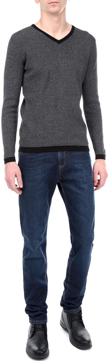 Джинсы мужские F5, цвет: темно-синий. 251039_09543. Размер 33-34 (48/50-34)09543/51543_w.darkСтильные мужские джинсы F5 - джинсы высочайшего качества на каждый день, которые прекрасно сидят. Модель прямого кроя и средней посадки изготовлена из высококачественного плотного хлопка с небольшим добавлением эластана. Джинсы не сковывают движения и дарят комфорт. Изделие оформлено тертым эффектом и контрастной отстрочкой. Застегиваются джинсы на пуговицу в поясе и ширинку на молнии, имеются шлевки для ремня. Спереди модель оформлена двумя втачными карманами и одним небольшим секретным кармашком, а сзади - двумя накладными карманами. Эти модные и в тоже время комфортные джинсы послужат отличным дополнением к вашему гардеробу. В них вы всегда будете чувствовать себя уютно и комфортно.