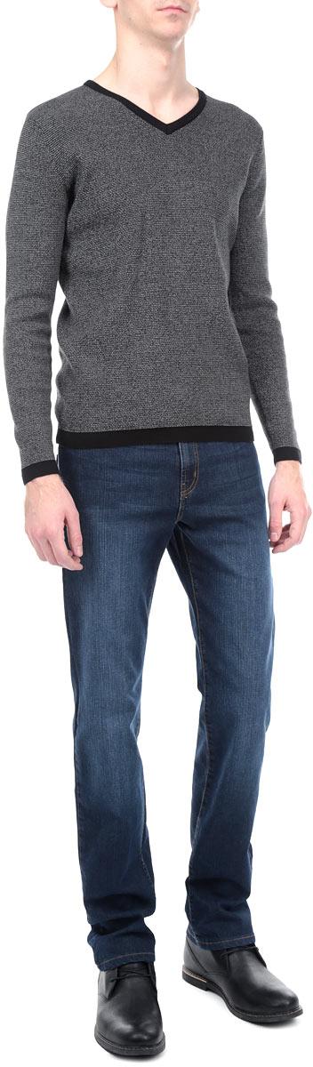 Джинсы мужские F5, цвет: темно-синий. 0965/51543_w.dark. Размер 32-34 (48-34)0965/51543_w.darkСтильные мужские джинсы F5 - джинсы высочайшего качества на каждый день, которые прекрасно сидят. Джинсы не сковывают движения и дарят комфорт. Модель прямого кроя и средней посадки изготовлена из высококачественного эластичного хлопка. Застегиваются джинсы на пуговицу в поясе и ширинку на молнии, также имеются шлевки для ремня. Спереди модель дополнена двумя втачными карманами и одним небольшим секретным кармашком, а сзади - двумя накладными карманами. Изделие оформлено эффектом потертости и перманентными складками. Эти модные и в тоже время комфортные джинсы послужат отличным дополнением к вашему гардеробу. В них вы всегда будете чувствовать себя уютно и комфортно.