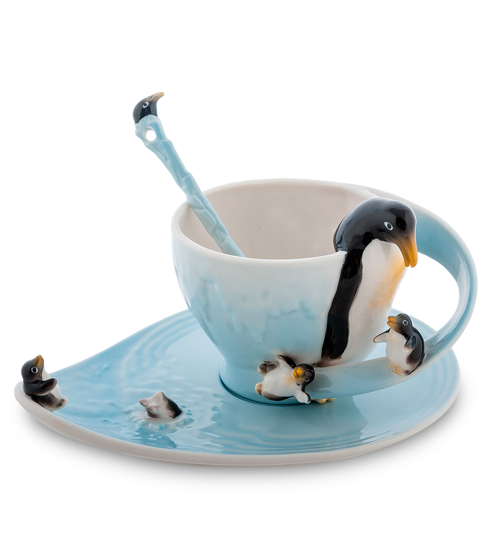Чайная пара Pavone Пингвины, с ложкой, 3 предмета106731Веселая и забавная чайная пара Pavone Пингвины, выполненная из высококачественного фарфора, словно создана для того, чтобы вызывать невольную улыбку у каждого, кто ее увидит. Выполненная в тонах синего-синего океана, она поражает тонкостью деталей: блюдце представляет собой настоящий кусочек ледяной воды, великолепные и смешные пингвины и пингвинята расположились на чашке как на ледяном выступе. Эта композиция - отличное украшение дома, настоящий друг и веселый товарищ, который всегда вызовет улыбку.