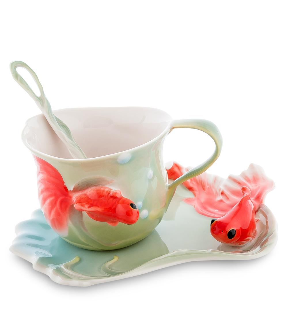 Чайная пара Золотые рыбки (Pavone)106732Чайная пара Pavone Золотые рыбки состоит из чашки, блюдца и ложечки,изготовленных из фарфора. Чайная пара Pavone Золотые рыбки украсит ваш кухонный стол, а такжестанет замечательным подарком друзьям и близким.Изделие упаковано в подарочную коробку с атласной подложкой. Объем чашки: 150 мл.Высота чашки: 7 см.Размер блюдца: 16 х 13 см.