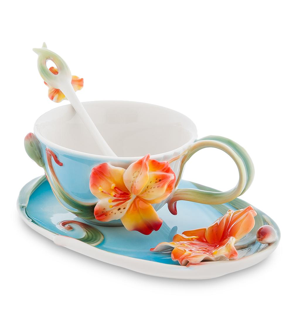 Чайная пара Pavone Лилии, с ложкой103805Чайная пара Pavone Лилии состоит из чашки, блюдца и ложечки,изготовленных из фарфора. Предметы набора оформленыизящными объемными цветами.Чайная пара Pavone Лилии украсит ваш кухонный стол, а такжестанет замечательным подарком друзьям и близким.Объем чашки: 150 мл.Диаметр чашки по верхнему краю: 9 см.Высота чашки: 6 см.Размеры блюдца: 17 х 11 х 3.Длина ложки: 13 см.Размер рабочей поверхности ложки: 3 х 1,7 см.