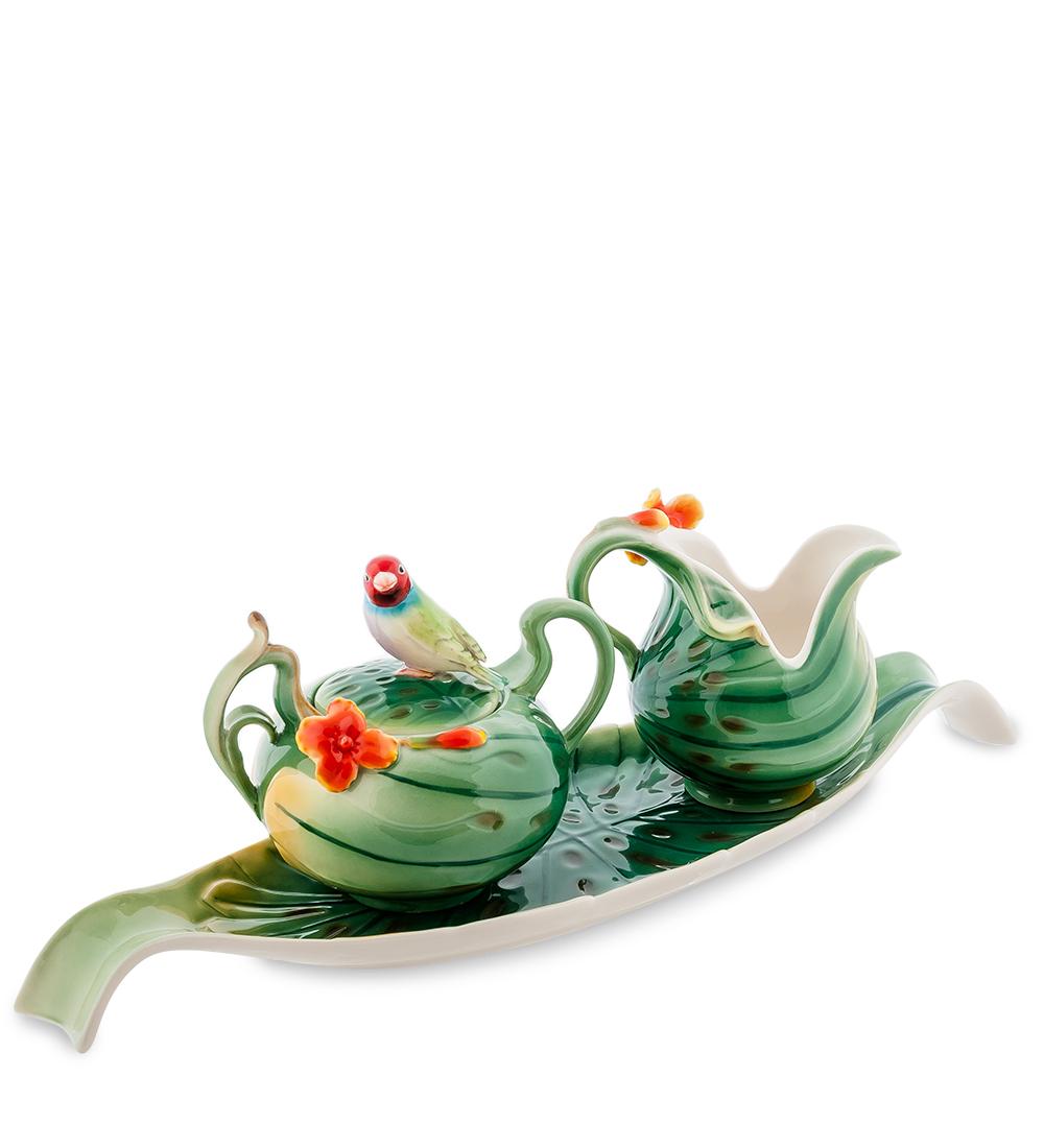 Набор Pavone Попугай, 3 предмета10869Набор Pavone Попугай состоит из сахарницы, молочника и подноса,изготовленных из фарфора. Предметы набора оформленыизящными объемными цветами.Набор Pavone Попугай украсит ваш кухонный стол, а такжестанет замечательным подарком друзьям и близким.Изделие упаковано в подарочную коробку с атласной подложкой. Объем сахарницы: 200 мл.Объем молочника: 150 мл.Размеры подноса: 40 х 11,5 см.