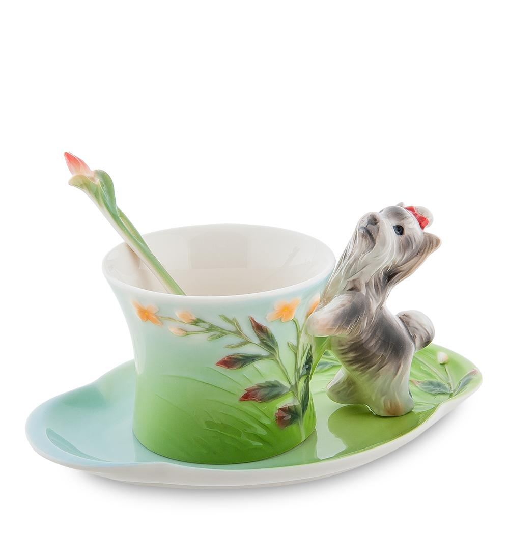 Чайная пара Pavone Йорк, 3 предмета105925Чайная пара Pavone Йорк состоит из чашки, блюдца и ложечки,изготовленных из фарфора. Чайная пара Pavone Йорк украсит ваш кухонный стол, а такжестанет замечательным подарком друзьям и близким.Изделие упаковано в подарочную коробку с атласной подложкой. Объем чашки: 150 мл.Высота чашки: 8 см.Размер блюдца: 18 х 13 см.