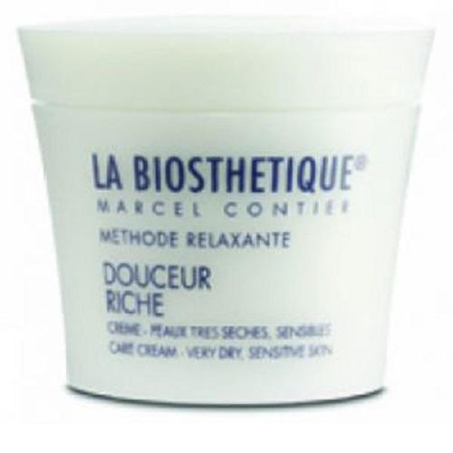 LaBiosthetique Обогащенный регенерирующий крем Methode Relaxante для сухой и очень сухой чувствительной кожи, 50 млLB3628Крем создан специально для ухода за чувствительной и очень сухой кожей, моментально смягчает ее и снимает зуд и ощущение стянутости, поскольку содержит Пантенол, который восстанавливает ткани, снимает раздражение, успокаивает кожу и укрепляет ее естественный защитный слой, а также, Медицинское Белое масло, образующее на коже тонкую пленку, не закупоривающую поры, и обеспечивающую дополнительную защиту от агрессивных факторов внешней среды и удерживающую влагу. Базовыми компонентами являются Фитостеролы, повышающие упругость и эластичность кожи, эффективно уплотняющие ее и снимающие воспаление, и Витамин Е- один из самых сильных антиоксидантов, который защищает кожу от свободных радикалов, возникших под воздействием ультрафиолетовых лучей, тем самым помогая предотвратить ее увядание, а также питает, смягчает, снимает микровоспаления и улучшает кровообращение в капиллярах. Средство содержит активные увлажняющие компоненты, заметно улучшает состояние кожи, после чрезмерного пребывания на солнце и воздействия агрессивных погодных явлений, заметно улучшает цвет лица.
