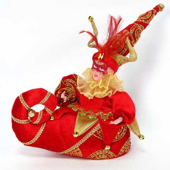"""Музыкальная игрушка Winter Wings """"Шут в сапожке"""" станет красивым украшением  интерьера в преддверии Нового года. Игрушка представляет собой шута в сапожке,  изготовлена из керамики и полиэстера. Шут одет в кофту с пышным воротником и рукавами,  на лице - маска, а на голове - колпак, декорированный перьями, большим камнем, пайетками  и бубенчиком. Сапожок украшен тесьмой и бусинами.  Игрушка музыкальная, с задней стороны расположен заводной механизм, при его  включении играет приятная мелодия, и шут начинает двигаться.  Такая игрушка станет не только украшением интерьера, но и приятным подарком, который  придется по душе каждому."""