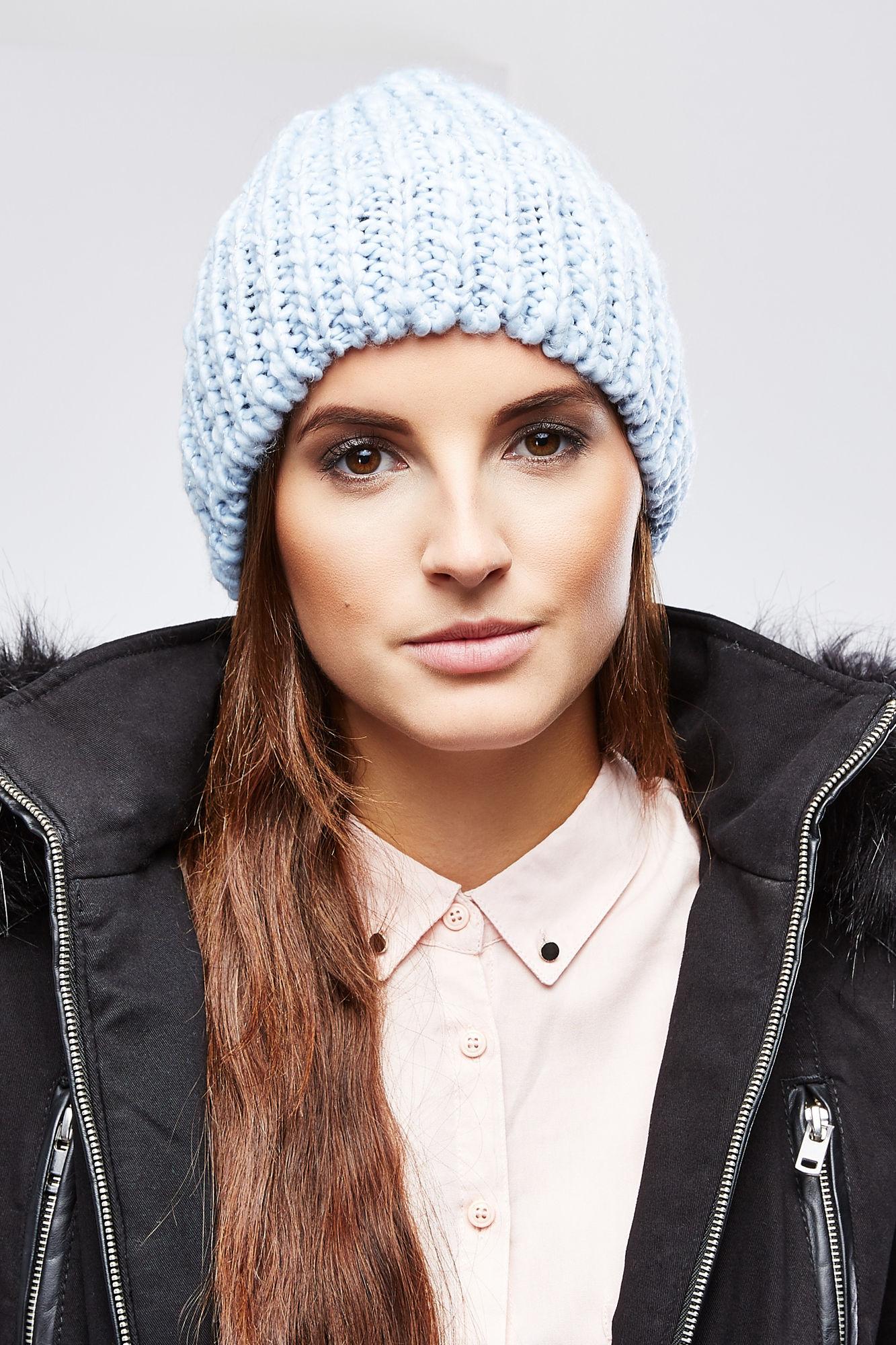 Шапка женская Moodo, цвет: голубой. Z-CZ-1805. Размер универсальныйZ-CZ-1805_L.BLUEВязаная женская шапка Moodo отлично дополнит ваш образ в прохладную погоду. Модель изготовлена из акрила, она необычайно мягкая и приятная на ощупь, максимально сохраняет тепло. Благодаря крупной эластичной вязке, шапка идеально прилегает к голове.По всей поверхности изделие украшено тонкой металлизированной блестящей нитью.Такой стильный и теплый головной убор подчеркнет вашу индивидуальность и станет отличным дополнением к гардеробу!