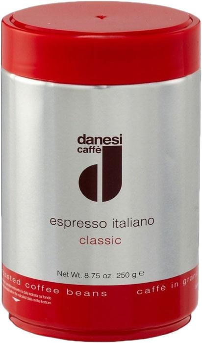 Danesi Classic кофе в зернах, 250 гCDNSP0-P00047Смесь из зерен арабики (90%) с небольшой (10%) примесью высококачественной африканской робусты для придания кофе дополнительной крепости и интенсивности вкуса. Эта смесь особенно подходит для приготовления крепкого кофе и насыщенного капучино.Danesi Classic — это классический сорт итальянского эспрессо.Страна: Кения, Эфиопия, Колумбия.Кофе Danesi - это элитный итальянский эспрессо, появившийся более ста лет назад. История кофе Danesi началась в Риме в 1905 году, когда итальянец Альфредо Данези открыл свой первый магазин и уютную кофейню «Nencini e Danesi». Альфредо сам составлял эксклюзивные кофейные смеси и варил эспрессо для своих гостей. За годы своего существования этот кофе завоевал огромную популярность не только в Италии, но и далеко за ее пределами, более чем в 60 странах мира.Философия компании очень проста - «Ежедневно прилагать массу усилий для достижения и сохранения высокого уровня удовлетворённости клиентов». А воплощается это утверждение путем достижения идеального баланса основных характеристик кофейных смесей Danesi - вкуса, аромата и тела. Кофе Danesi всегда остается верен итальянским кофейным традициям. Секрет его популярности кроется в использовании самого отборного сырья, стабильном качестве, деликатной обжарке кофейных зерен. Сейчас компания Danesi обладает сертификатом качества UNI 9001 Vision 2000, подтверждающим соответствие как самого кофе, так и упаковки европейским стандартам качества.В ассортиментной линейке бренда Danesi присутствуют смеси из 100% арабики высших сортов, купажи арабики и робусты, а также смесь для горячего шоколада и стильная фирменная посуда.Кофе: мифы и факты. Статья OZON Гид
