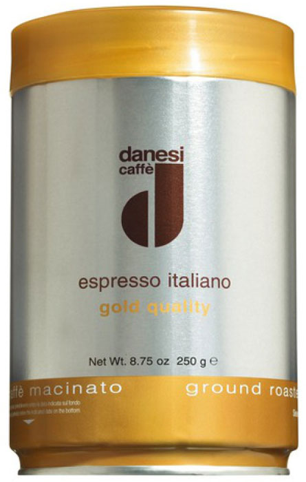 Danesi Gold кофе в зернах, 250 гCDNSB0-P00033Смесь зерен 100% арабики из Бразилии и Центральной Америки. Мягкий вкус кофе дополняют зерна из Кении, придающие этому сорту неповторимый насыщенный аромат и долгое послевкусие. Данези Голд — это самая популярная кофейная смесь Данези, менее сложная в приготовлении, чем Данези Доппио.Страна: Кения, Бразилия, Колумбия. Кофе Danesi – это элитный итальянский эспрессо, появившийся более ста лет назад. История кофе Danesi началась в Риме в 1905 году, когда итальянец Альфредо Данези открыл свой первый магазин и уютную кофейню «Nencini e Danesi». Альфредо сам составлял эксклюзивные кофейные смеси и варил эспрессо для своих гостей. За годы своего существования этот кофе завоевал огромную популярность не только в Италии, но и далеко за ее пределами, более чем в 60 странах мира.Философия компании очень проста – Ежедневно прилагать массу усилий для достижения и сохранения высокого уровня удовлетворённости клиентов. А воплощается это утверждение путем достижения идеального баланса основных характеристик кофейных смесей Danesi – вкуса, аромата и тела.Кофе Danesi всегда остается верен итальянским кофейным традициям. Секрет его популярности кроется в использовании самого отборного сырья, стабильном качестве, деликатной обжарке кофейных зерен. Сейчас компания Danesi обладает сертификатом качества UNI 9001 Vision 2000, подтверждающим соответствие как самого кофе, так и упаковки европейским стандартам качества.В ассортиментной линейке бренда Danesi присутствуют смеси из 100% арабики высших сортов, купажи арабики и робусты, а также смесь для горячего шоколада и стильная фирменная посуда.