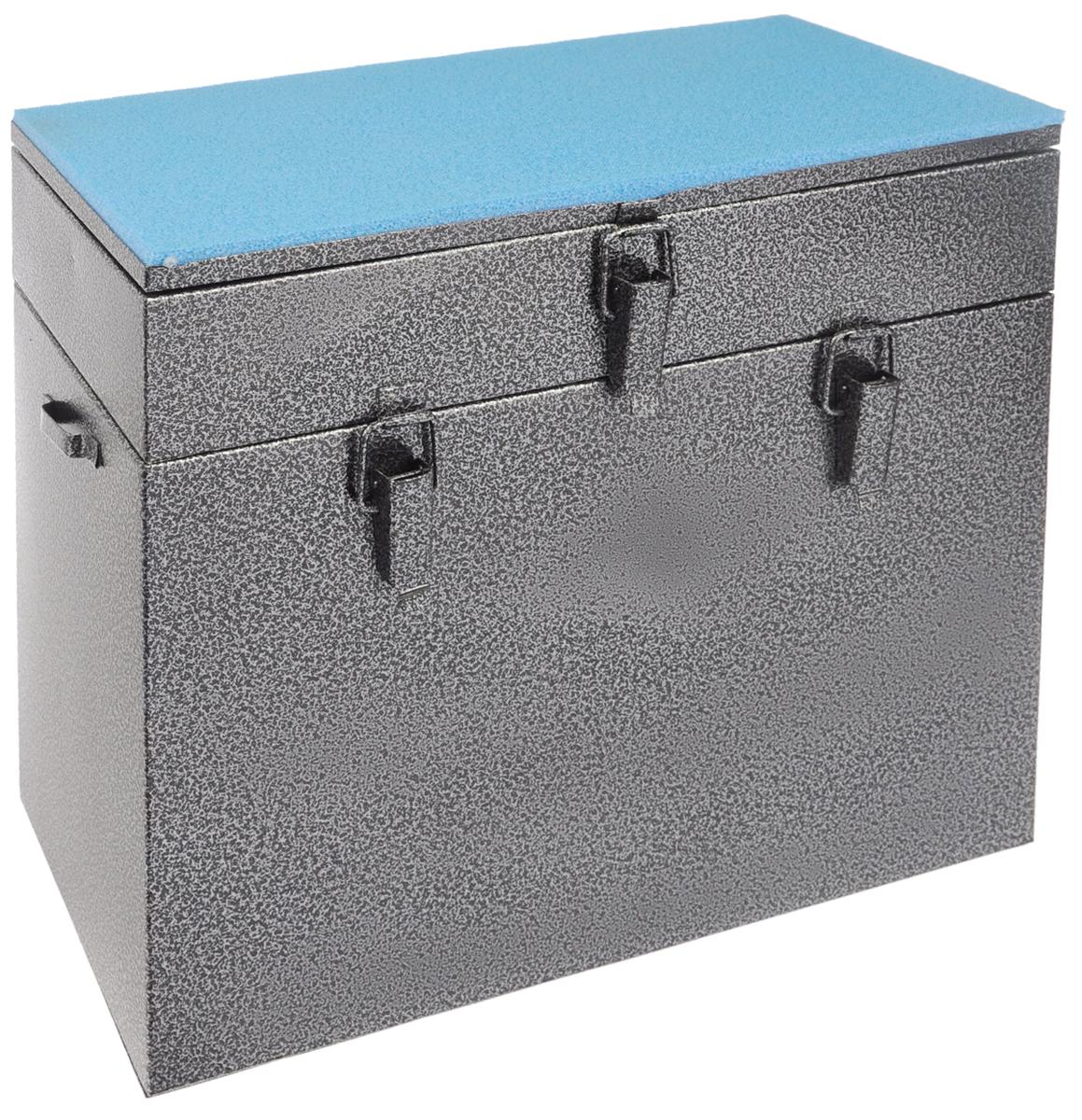 Ящик рыболова Рост, двухъярусный, окрашенный, 40 см х 19 см х 36 см26723Ящик Рост представляет собой усовершенствованный вариант классического рыбацкого зимнего ящика. Эта деталь снаряжения может служить для транспортировки снастей и термоса с обедом, используется как сидение, а при удаче в него можно загрузить улов. Корпус ящика изготовлен из листовой стали. Служащая сиденьем верхняя часть крышки оклеена плотным теплоизолятором - пенополиэтиленом с рифленой поверхностью. Верхний ярус ящика - это отдельная емкость, разделенная внутренними перегородками на 3 отсека. Ниже располагается основной внутренний объем, который откроется, если отстегнуть пару защелок и приподнять верхний ярус вместе с крышкой. Боковые стенки ящика снабжены петлями для крепления идущего в комплекте плечевого ремня. Для удобства переноски петли закреплены под углом. Такая модель станет хорошим многофункциональным дополнением к снаряжению любителя зимней рыбалки.