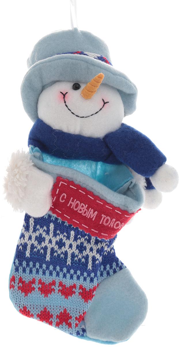 Новогоднее подвесное украшение Win Max Носок для подарков, длина 25 см175784Новогоднее подвесное украшение Win Max Носок для подарков выполнено из текстиля и дополнено фигуркой Снеговика. Украшение можно подвесить с помощью текстильного шнурка. Такое украшение оформит ваш интерьер в преддверии Нового года и создаст атмосферу уюта и праздника.
