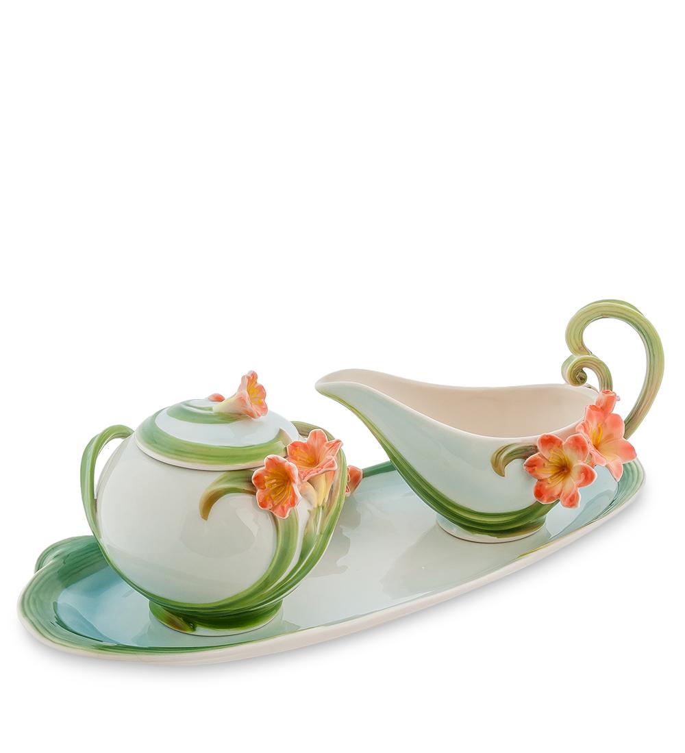 """Набор Pavone """"Кливия"""" состоит из сахарницы, молочника и подноса,изготовленных из фарфора. Предметы набора оформленыизящными объемными цветами.  Набор Pavone """"Кливия"""" украсит ваш кухонный стол, а такжестанет замечательным подарком друзьям и близким.Изделие упаковано в подарочную коробку с атласной подложкой. Объем сахарницы: 300 мл.Высота сахарницы (без учета крышки): 7,5 см.Объем молочника: 150 мл.Высота молочника (без учета ручки): 5,5 см.Размеры подноса (без учета высоты декоративного элемента): 32 см х 11,5 см х 1,5 см."""