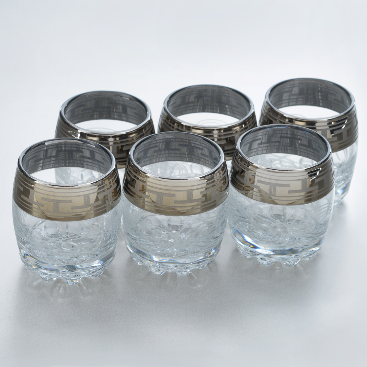 """Набор Гусь-Хрустальный """"Греческий узор"""" состоит из 6 низких стаканов с толстым дном, изготовленных из высококачественного натрий-кальций-силикатного стекла. Изделия оформлены красивым зеркальным покрытием, широкой окантовкой с греческим узором и белым матовым орнаментом. Стаканы предназначены для подачи виски. Такой набор прекрасно дополнит праздничный стол и станет желанным подарком в любом доме. Разрешается мыть в посудомоечной машине. Диаметр стакана (по верхнему краю): 7,5 см. Высота стакана: 9 см."""