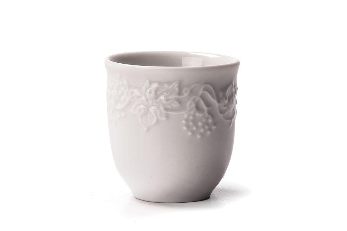 Стаканчик для зубочисток La Rose des Sables Vendanges694538Стаканчик для зубочисток La Rose des Sables Vendanges выполнен из высококачественного тунисского фарфора, изготовленного из уникальной белой глины. На всех изделиях La Rose des Sables можно увидеть маркировку Pate de Limoges. Это означает, что сырье для изготовления фарфора добывают во французской провинции Лимож, и качество соответствует высоким европейским стандартам. Все производство расположено в Тунисе. Особые свойства этой глины, открытые еще в 18 веке, позволяют создать удивительно тонкую, легкую и при этом прочную посуду. Благодаря двойному термическому обжигу фарфор обладает высокой ударопрочностью, стойкостью к сколам и трещинам, жаропрочностью и великолепным блеском глазури. Коллекция Vendanges - это изысканная классика, дополненная нежным рельефом в виде гроздей винограда. Эта белая фарфоровая посуда станет настоящим украшением вашего стола. Прекрасный вариант как для праздничной, так и для повседневной сервировки стола. Можно использовать в СВЧ печи и мыть в посудомоечной машине.