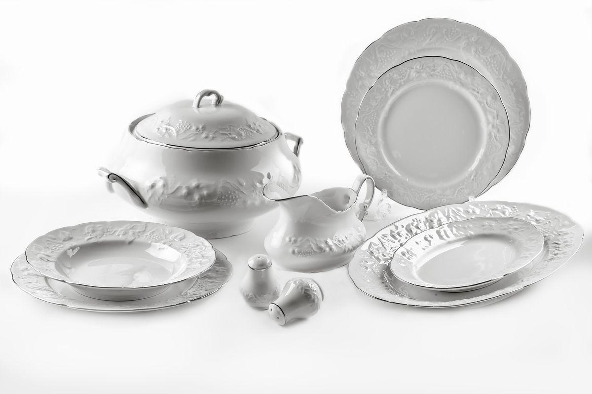 Сервиз столовый La Rose des Sables Vendanges Platine, 25 предметов6991250019Сервиз столовый La Rose des Sables Vendanges Platine состоит из 6 обеденных тарелок, 6 десертных тарелок, 6 суповых тарелок, салатника, 2 овальных блюд, супницы с крышкой, соусника, солонки и перечницы. Посуда выполнена из высококачественного тунисского фарфора, изготовленного из уникальной белой глины. На всех изделиях La Rose des Sables можно увидеть маркировку Pate de Limoges. Это означает, что сырье для изготовления фарфора добывают во французской провинции Лимож, и качество соответствует высоким европейским стандартам. Все производство расположено в Тунисе. Особые свойства этой глины, открытые еще в 18 веке, позволяют создать удивительно тонкую, легкую и при этом прочную посуду. Благодаря двойному термическому обжигу фарфор обладает высокой ударопрочностью, стойкостью к сколам и трещинам, жаропрочностью и великолепным блеском глазури. Коллекция Vendanges Platine - это изысканная классика, дополненная нежным рельефом в виде гроздей винограда и платиновой эмалью. Эта белая фарфоровая посуда станет настоящим украшением вашего стола. Прекрасный вариант как для праздничной, так и для повседневной сервировки стола. Не рекомендуется использовать в СВЧ печи и мыть в посудомоечной машине. Диаметр десертной тарелки: 21 см. Диаметр обеденной тарелки: 26 см. Диаметр суповой тарелки: 22 см. Диаметр салатника: 25 см. Размер овальных блюд: 24 см; 36 см. Объем супницы: 3,5 л. Объем соусника: 450 мл.