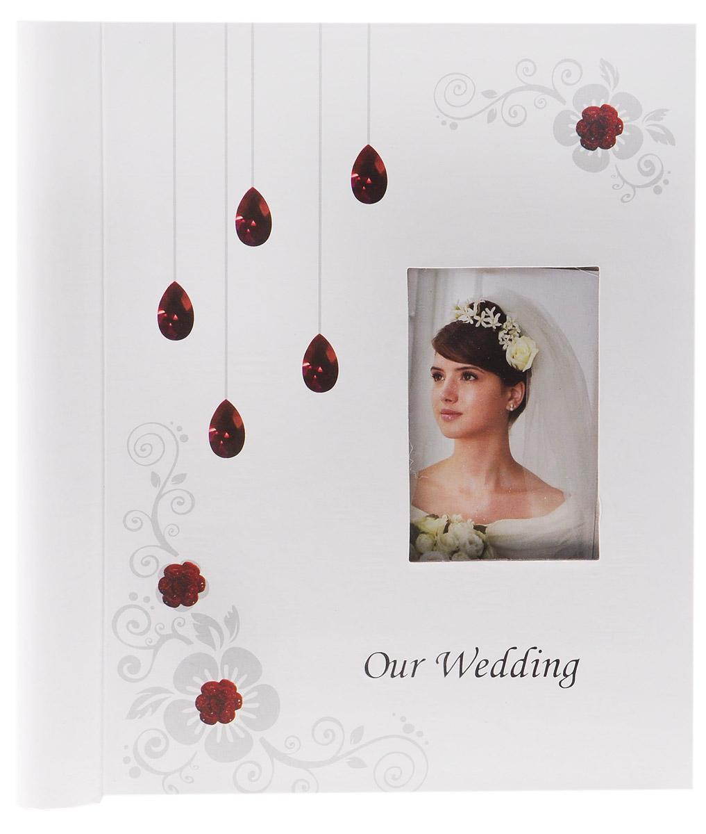 Фотоальбом Diesel Wedding story, 20 фотографий, 23 х 28 см 2226322263 FA_белый, рубиныФотоальбом Diesel Wedding story изготовленный из картона с клеевым покрытием и пленки ПВХ, поможет красиво оформить ваши свадебные фотографии. Обложка выполнена из толстого картона. С лицевой стороны обложки имеется окошко для вашей самой любимой фотографии. Внутри содержится блок из 20 магнитных листов, которые размещены на пластиковых кольцах. Альбом с магнитными листами удобен тем, что он позволяет размещать фотографии разных размеров. В альбоме предусмотрены поля для записей. Листы размещены на пластиковых кольцах.Нам всегда так приятно вспоминать о самых счастливых моментах жизни, запечатленных на фотографиях. Поэтому фотоальбом является универсальным подарком к любому празднику. Размер листа: 23 см х 28 см.