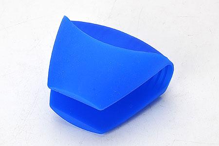 Прихватка Mayer & Boch, силиконовая, цвет: синий, 10,5 x 8 см22081Силиконовая прихватка Mayer & Boch предназначена для защиты рук от ожогов при контакте с горячей посудой. Благодаря удобной форме прихватка не нарушает тактильных ощущений рук в процессе использования и при этом обеспечивает их надежную защиту от высоких температур.Вы с легкостью сможете снять горячую посуду с плиты, извлечь форму для выпекания или противень из разогретого до максимальной температуры духового шкафа или разогретой микроволновой печи. Силиконовая прихватка не плавится, легко моется, не впитывает запахи и жир, не теряет внешнего вида с течением времени, служит долго.Размер прихватки: 10,5 x 8 см.