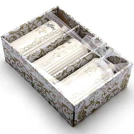 23693 Набор банок 3пр 800мл МВ (х8)23693Банки для хранения сыпучих продуктов 3 прМатериал: КерамикаОбъем: 800мл х 3Набор состоит из трех банок для сыпучих продуктов, изготовленных из высококачественной керамики белого цвета. Изделия имеют глазурованную поверхность, что препятствует образованию пятен, ограничивает впитывание влаги и продлевает срок службы. Внешние стенки украшены изящным рельефным орнаментом и изысканным узором. Крышки плотно закрываются. Банки прекрасно подходят для хранения различных сыпучих продуктов: специй, сахара, кофе, чая и т.д.Набор банок для сыпучих продуктов изящно украсит интерьер вашей кухни и удивит вас своим по-королевски роскошным дизайном. Изящные формы и оригинальность исполнения сделают такой набор прекрасным подарком к любому случаю.