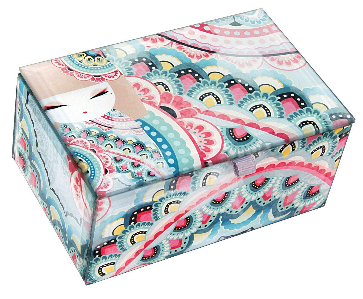 """Милая шкатулка для бижутерии Kimmidoll """"Харуйо (Мир)"""" великолепно подойдет для хранения бижутерии, косметики и любых небольших предметов. Прямоугольная шкатулка выполнена из стекла и декорирована красочным изображением очаровательной куколки Мизуйо. Изнутри шкатулка имеет мягкое текстильное покрытие, а проклейка бархатистым материалом снизу предотвращает скольжение шкатулки и придает ей устойчивость.  Такая шкатулка не только надежно сохранит вашу бижутерию, но и станет изысканным украшением интерьера.  """"Привет, меня зовут Харуйо! Я талисман мира. Мой дух спокойный, но мощный. Ваш мирный, но целеустремленный характер отражает истинную силу моего духа. Подходя к жизни со спокойствием, со страстью и настойчивостью, вы обретаете смысл и достоинство. Пусть ваша жизнь послужит вдохновением и примером для других и сделает мир лучше."""""""