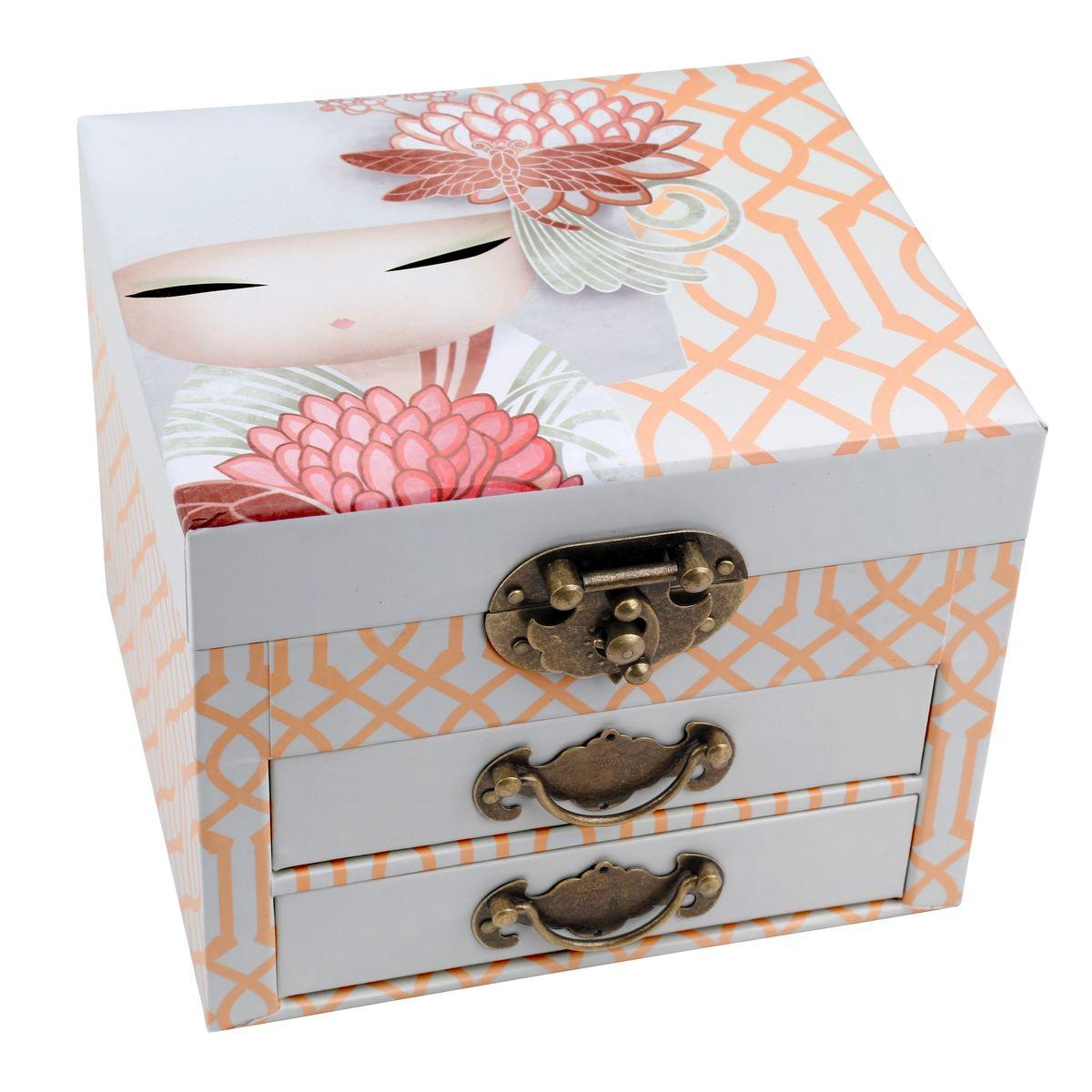 Шкатулка для бижутерии Kimmidoll Казуми (Страсть)KS0869Милая шкатулка для бижутерии Kimmidoll Казуми (Страсть) выполнена из плотного картона. Шкатулка оснащена двумя выдвижными ящичками и декорирована винтажными ручками и замком. Внутри шкатулка имеет три секции для хранения любимой бижутерии. На внутренней стороне крышки шкатулки есть зеркало прямоугольной формы.Такая шкатулка не только надежно сохранит вашу бижутерию, но и станет изысканным украшением интерьера.Привет, меня зовут Казуми. Я талисман страсти! Мой дух заряжает энтузиазмом и энергией. Вашим страстным характером и неуемной энергией вы вдохновляете других присоединиться к вам в достижении ваших целей и желаний. Всегда будьте позитивной силой в этом мире и всегда достигайте того, чего вы намеревались сделать.