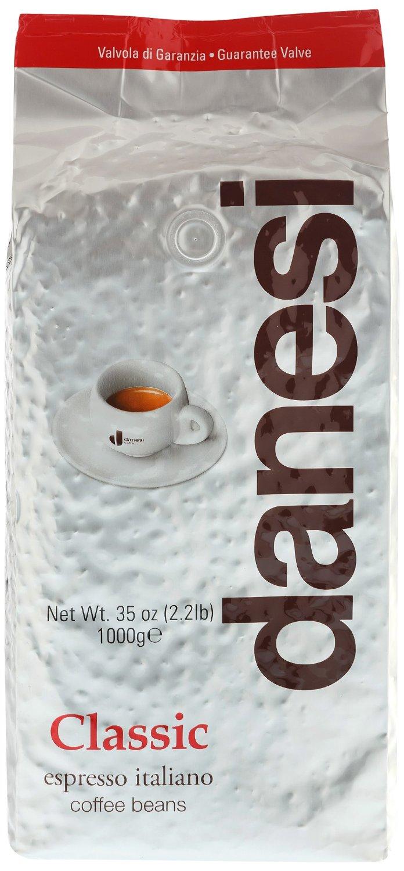 Danesi Classic кофе в зернах, 1 кгCDNSB0-P00025Смесь из зерен арабики (90%) с небольшой (10%) примесью высококачественной африканской робусты для придания кофе дополнительной крепости и интенсивности вкуса. Эта смесь особенно подходит для приготовления крепкого кофе и насыщенного капучино.Danesi Classic — это классический сорт итальянского эспрессо.Страна: Кения, Эфиопия, Колумбия.Кофе Danesi – это элитный итальянский эспрессо, появившийся более ста лет назад. История кофе Danesi началась в Риме в 1905 году, когда итальянец Альфредо Данези открыл свой первый магазин и уютную кофейню «Nencini e Danesi». Альфредо сам составлял эксклюзивные кофейные смеси и варил эспрессо для своих гостей. За годы своего существования этот кофе завоевал огромную популярность не только в Италии, но и далеко за ее пределами, более чем в 60 странах мира.Философия компании очень проста – «Ежедневно прилагать массу усилий для достижения и сохранения высокого уровня удовлетворённости клиентов». А воплощается это утверждение путем достижения идеального баланса основных характеристик кофейных смесей Danesi – вкуса, аромата и тела.Кофе Danesi всегда остается верен итальянским кофейным традициям. Секрет его популярности кроется в использовании самого отборного сырья, стабильном качестве, деликатной обжарке кофейных зерен. Сейчас компания Danesi обладает сертификатом качества UNI 9001 Vision 2000, подтверждающим соответствие как самого кофе, так и упаковки европейским стандартам качества.В ассортиментной линейке бренда Danesi присутствуют смеси из 100% арабики высших сортов, купажи арабики и робусты, а также смесь для горячего шоколада и стильная фирменная посуда.Кофе: мифы и факты. Статья OZON Гид