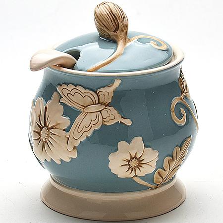 Сахарница Mayer & Boch Розы, с ложкой. 2245022450Сахарница с крышкой и ложкой Mayer & Boch Розы, выполненная из долимита, станет незаменимым помощником на вашей кухне. Изделие оформлено объемным изображением цветов и имеет изысканный внешний вид. Емкость универсальна, подойдет как для сахара, так и для специй или меда.
