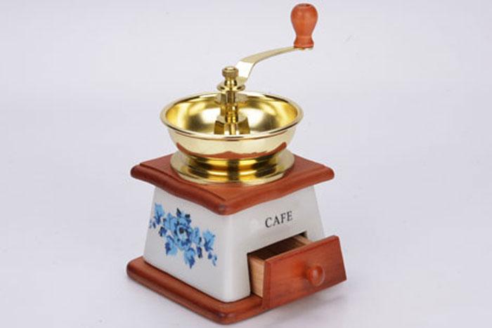 Кофемолка ручная Mayer & Boch. 23152315Ручная кофемолка станет идеальным приобретением для тех, кто ценит аромат и вкус свежемолотого кофе. Металлическая воронка выполнена под золото, придавая кофемолке тонкий и изысканный вид. Корпус кофемолки с выдвижным ящичком для молотого кофе выполнен из дерева и керамики. Механизм кофемолки изготовлен из нержавеющей стали и отличается прекрасными эксплуатационными свойствами.