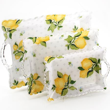 3238 Набор подносов МВ 3пр Лимон3238Набор подносов Лимон3 предмета: Размер: 46,5х30,5х3,5 см37,8х24,7х3,5 см29,7х19,7х3 см Материал: пластик Размер упаковки: 45х30,5х4,7 см Вес: 850 гНабор Лимон состоит из трех прямоугольных подносов разного размера, выполненных из пластика. Подносы украшены изображением фруктов и оформлены изящным рельефным узором по краю. Они отлично подойдут для красивой сервировки различных блюд, закусок и фруктов на праздничном столе. Резные ручки подносов выполнены из прозрачного плстика. Набор подносов Лимон станет отличным подарком на любой праздник.