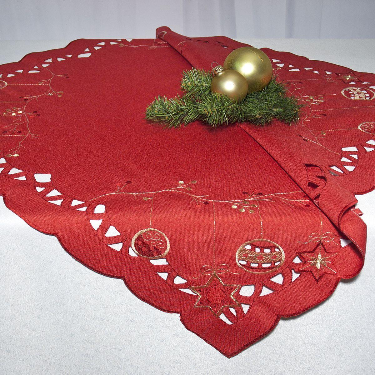 """Квадратная скатерть """"Schaefer"""", выполненная из полиэстера, станет прекрасным украшением новогоднего стола. Изделие декорировано изысканной перфорацией по краю и вышивкой в виде елочных игрушек. За текстилем из полиэстера очень легко ухаживать: он легко стирается, не мнется, не садится и быстро сохнет, более долговечен, чем текстиль из натуральных волокон. Использование такой скатерти сделает застолье торжественным, поднимет настроение гостей и приятно удивит их вашим изысканным вкусом.  Это текстильное изделие станет изысканным украшением вашего дома!"""