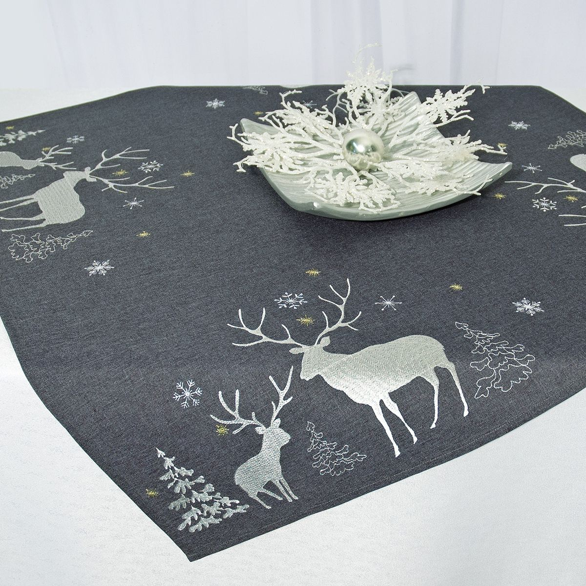 Скатерть Schaefer, квадратная, цвет: серый, 85 x 85 см 07670-10007670-100Квадратная скатерть Schaefer, выполненная из полиэстера, станет украшением новогоднего стола. Изделие декорировано оригинальной вышивкой в виде оленей, елок и снежинок. За текстилем из полиэстера очень легко ухаживать: он легко стирается, не мнется, не садится и быстро сохнет, более долговечен, чем текстиль из натуральных волокон.Использование такой скатерти сделает застолье торжественным, поднимет настроение гостей и приятно удивит их вашим изысканным вкусом. Это текстильное изделие станет изысканным украшением вашего дома!