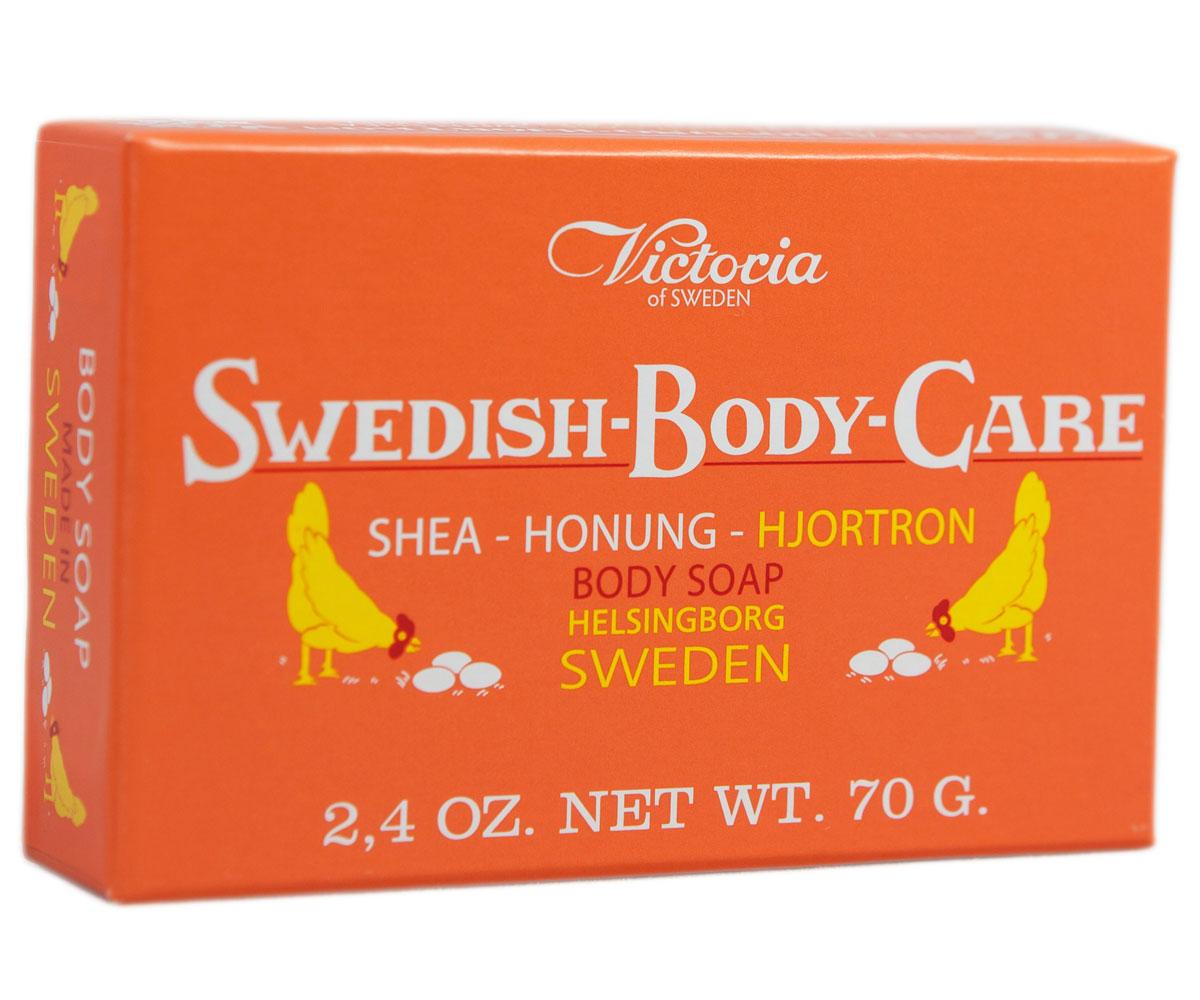 Victoria Soap Shea-Honung-Hjortron Мыло для тела с морошкой, 70 г241182Компания Victoria создала серию мыл для тела «Шведские ягоды», вдохновленную шведской природой, солнечными полянами, густым лесамии насыщенными витаминами ягодами. В старинный рецепт мыла были добавлены шведский мед и экстракты ягод.Мыло для тела «Шведские ягоды» с экстрактом морошки имеет густую бархатную пену с букетом плодов пальмового дерева, оливы иморошки с высоким содержанием липидов. Плотная нежная пена легко смывается с тела и не раздражает кожу. В прохладную погоду тонкийаромат шведского мыла, морошки и полевых цветов окутает ваше тело вуалью комфорта и наслаждения.