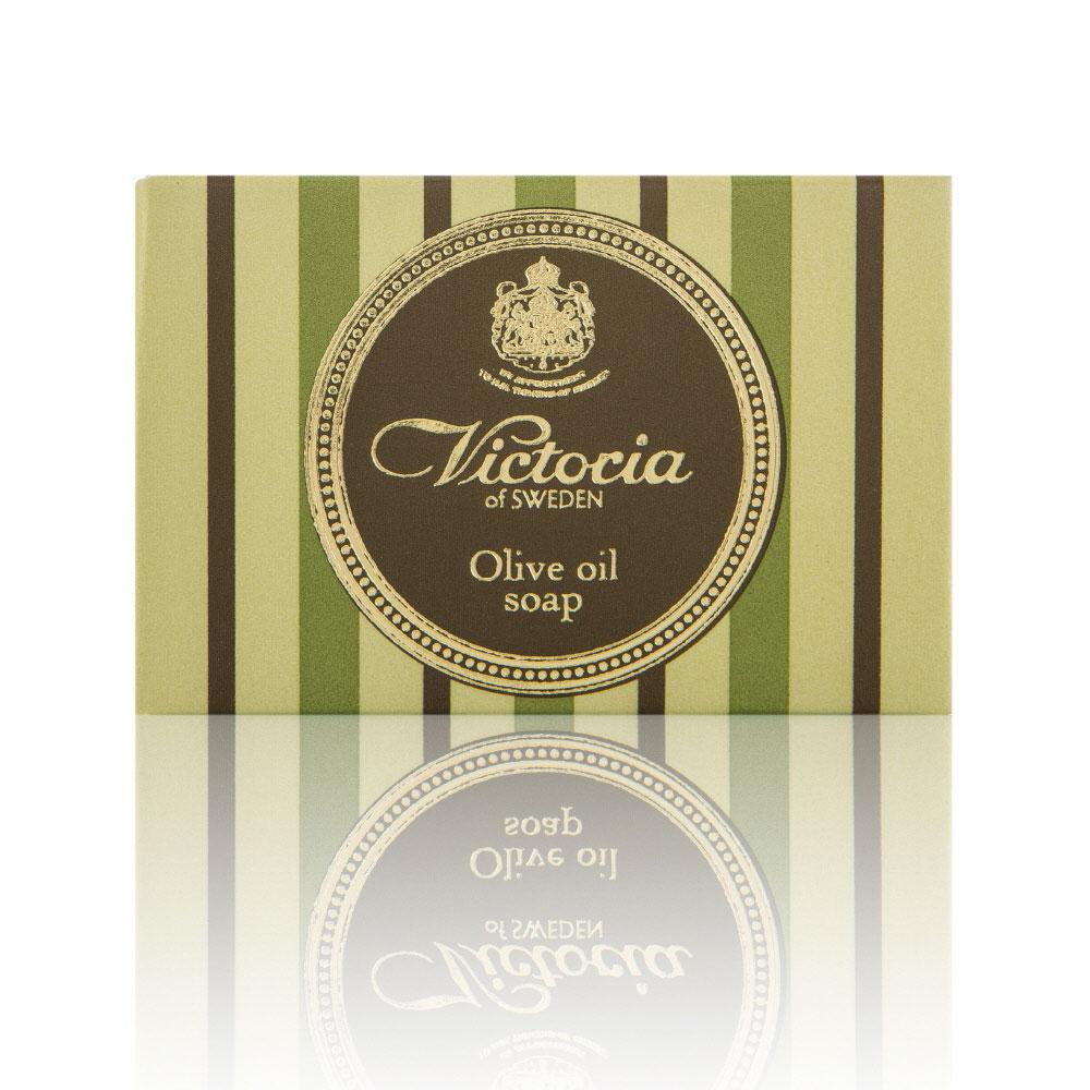 Victoria Soap Victoria Olive Oil Soap Оливковое мыло для тела, 100 г090919Роскошное королевское мыло с густой бархатной пеной на основе красного пальмового масла и масла плодов оливкового дерева с высоким содержанием липидов дарит чувство комфорта и увлажненности. Благодаря таким компонентам мыло не пересушивает кожу во время мытья, что является залогом красоты и здоровья Вашей кожи.При регулярном использовании нормализует функцию сальных желез, новые воспаления будут появляться реже. После принятия ванны, вы будете наслаждаться мягкой и гладкой кож ей.