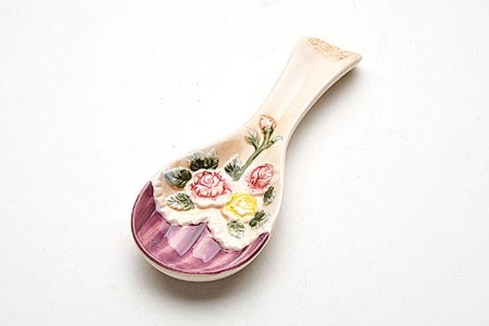 Подставка под ложку Mayer & Boch Розы, длина 22 см22439Подставка для ложки выполнена из качественной доломитовой керамики с красочным объемным рисунком.С помощью такой подставки следить за чистотой станет просто и приятно.Подставка выполнена таким образом, что ложка на ней стоит с лёгким наклоном, поэтому её легко брать и ставить на место.Изделие легко и просто мыть.Подходит для мытья в посудомоечной машине. Длина ложки - 22 см.