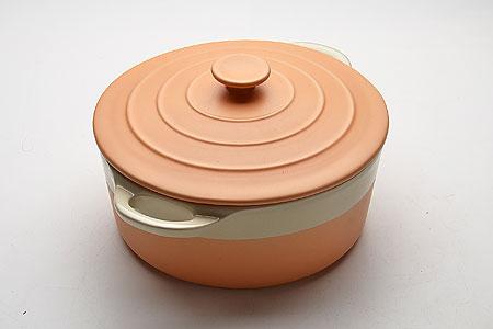 21821 Кастрюля КЕРАМ с/кр 2,8 29.3х23х14.2 МВ (х6)21821Кастрюля керамическая с крышкой (2,8 л)Материал: керамика, цветная глазурь (глянец)Размер: 29,3х23х14,2 см, толщина стенок 6-7 ммЦвет: оранжевыйОбъем: 2,8 лВес: 2,5 кгКастрюля изготовлена из керамики, оснащена двумя удобными ручками по бокам. Пища, приготовленная в керамической посуде, сохраняет свои вкусовые качества, и благодаря экологической чистоте материала, не может нанести вред здоровью человека. Керамика - один из самых лучших материалов, который удерживает тепло, медленно и равномерно его распределяет. Максимальный нагрев - 400°С. Подходит для использования в микроволновой, конвекционной печи и духовке. Подходит для хранения продуктов в холодильнике и морозильной камере. Не подходит для открытого огня. Можно мыть в посудомоечной машине. Материал устойчив к образованию пятен, не пропускает запах.