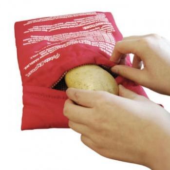 """Рукав для запекания """"Bradex"""", изготовленный из полиэстера, является самым легким и быстрым способом приготовления вкусного запеченного картофеля прямо в микроволновой печи. С таким помощником вы приготовите ужин за четыре минуты! Секрет такого приспособления скрыт в уникальной конструкции, то есть в изоляции, которая впоследствии создаст идеальный паровой карман. Материал дает необходимую влагу для приготовления необычайно нежной, вкусной и ароматной картошки!   Материал мешка: 100% полиэстер. Материал подкладки: 85% полиэстер, 15% хлопок.  Размер мешка: 24 см х 20 см х 2 см.   Уважаемые клиенты! Обращаем ваше внимание на возможные изменения в дизайне упаковки. Качественные характеристики товара остаются неизменными. Поставка осуществляется в зависимости от наличия на складе."""